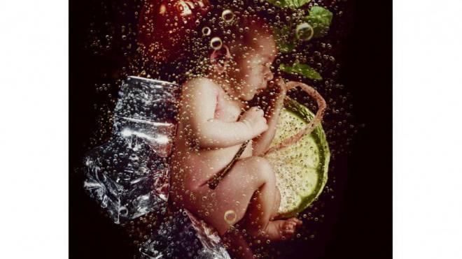 Rund 800 alkoholgeschädigte Babys kommen in der Schweiz jährlich zur Welt (Bild einer internationalen Sensibilisierungs-Kampagne). Foto: Erik Ravelo/tooyoungtodrink.org
