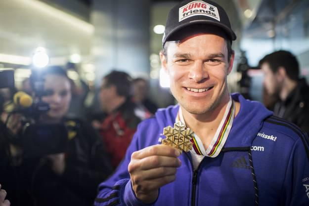 Patrick Küng strahlt mindestens so fest wie seine Goldmedaille.