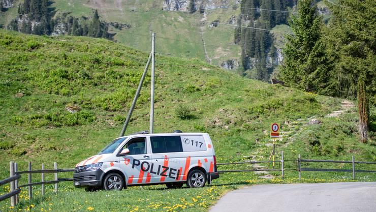Ein Fahrzeug der Kantonspolizei Obwalden bei der Unfallstelle.