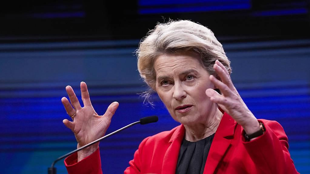 Ursula von der Leyen (CDU), Präsidentin der Europäischen Kommission, spricht während einer Pressekonferenz nach einem virtuellen G7-Treffen zum Afghanistan Konflikt im Gebäude des Europäischen Rates.