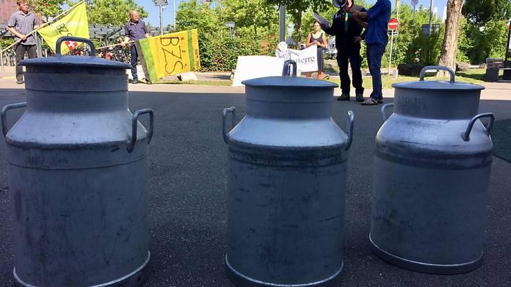 Milchproduzenten fordern von der Milchverarbeiterin der Migros einen fairen Milchpreis. Am Dienstag protestierten sie vor dem Migros-Einkaufszentrum Shoppyland in Schönbühl.