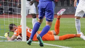 FCZ-Torhüter Brecher hält den Ball auf einen missglückten Abschluss von Christian Schneuwly (nicht im Bild) auf der Linie fest.