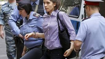 Pussy-Riot-Bandmitglied Nadeschda Tolokonnikowa vor dem Gerichtsgebäude in Moskau