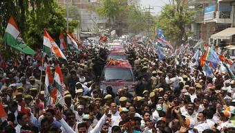 Mammutwahl beginnt: Anhänger der Kongress-Partei begleiten Kongresschefin Sonia Gandhi auf dem Weg zur Registrierung der Nominationspapiere in Rae Bareli, Bundesstaat Uttar Pradesh.