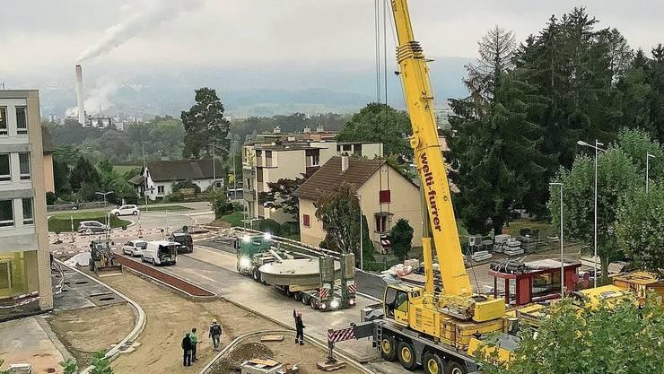 In den frühen Morgenstunden hievte ein Pneukran den neuen Springbrunnen auf die Buswendeschlaufe zwischen der Huebwiesen- und Gemeindehausstrasse.