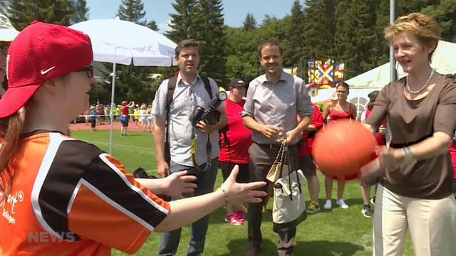 Sommaruga lässt sich von Behindertensporttag begeistern