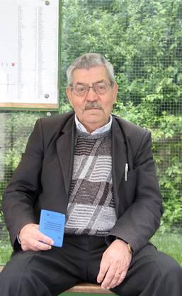Der 75-jährige Syrer mit seinem Ausweis – über sein Gesuch wurde noch nicht entschieden.