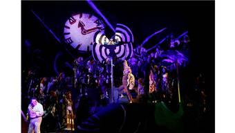 Viel Aktion, viel Farbe, viele Ideen: Max (links) inmitten seiner Mitstreiter, lauter allegorische Gestalten.Annette Boutellier/Theater Bern