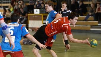 Solothurns Martin Beer (Mitte) im Kampf um den Ball gegen Siggenthals Martin Rumpf (links) und Pascal Moser (rechts).