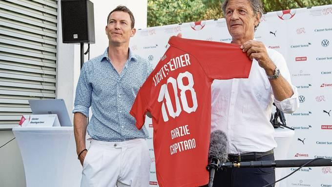 Stephan Lichtsteiner erhält von Verbandspräsident Dominique Blanc ein Shirt.