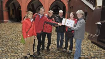 Dominique König, Beat Jans (beide SP), Mathias Scheurer (VPOD), Martin Flückiger (Basta) und Sarah Wyss (Juso) übergeben 3000 Unterschriften an Daniel Orsini, Leiter des Abstimmungsbüros.