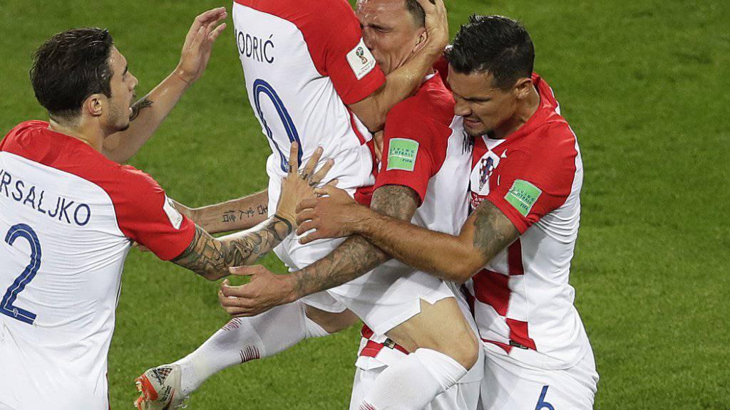 Kroatiens Spieler feiern auf enthusiastische Weise das Tor zum 1:0 gegen Nigeria