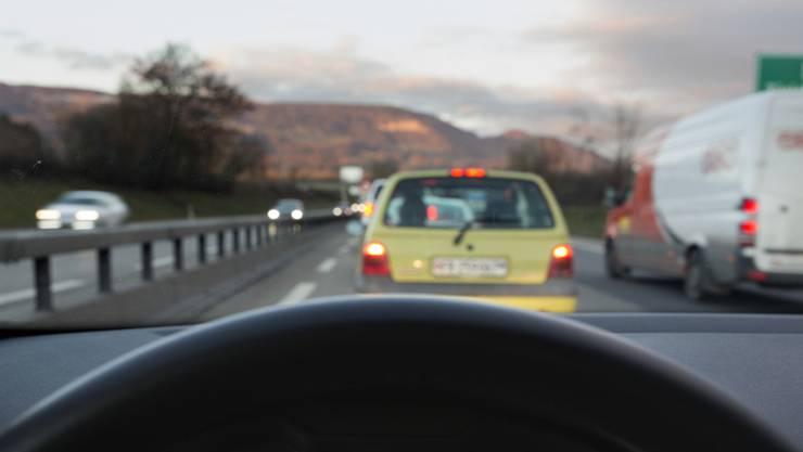 Erst beleidigt der Täter einen Autofahrer, dann setzt er zum Bremsmanöver an. (Symbolbild)