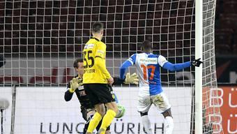 Anatole Ngamukol bezwingt Marco Wölfli zum 1:0 für GC