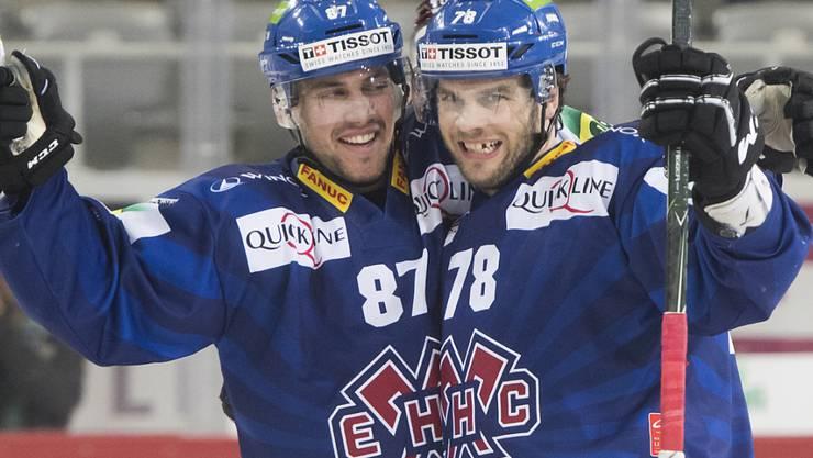 Die beiden Bieler Marco Pedretti, links, und Marc-Antoine Pouliot freuen sich über die Playoff-Qualifikation