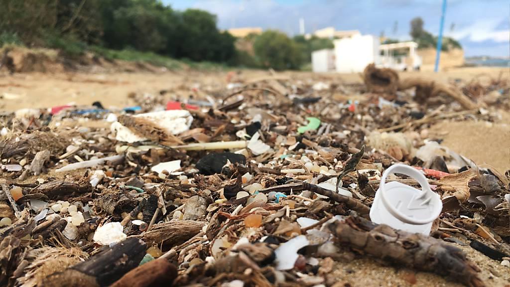 Ein mit Plastikteilchen überschwemmter Sandstrand in Sizilien: In den Regionen ums Mittelmeer strandet besonders viel Plastik oder landet in den Küstengewässern. (Archivbild)