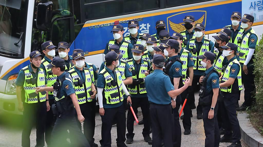 Polizeibeamte stehen in Seoul zusammen, um nach dem als vermisst gemeldeten Bürgermeister Park Won Soon zu suchen.
