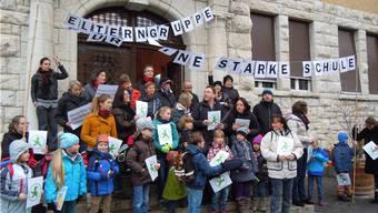 Die Elterngruppe Brugg «Für eine starke Schule» wirbt vor dem Stapferschulhaus für ihr Anliegen.