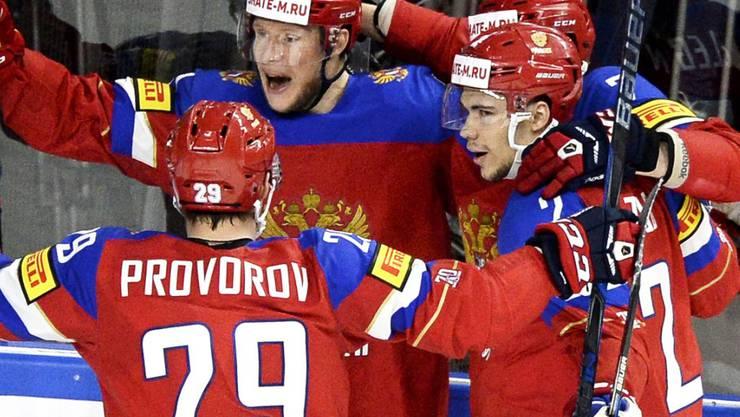 Die russischen Spieler bejubeln den Ausgleich zum 1:1