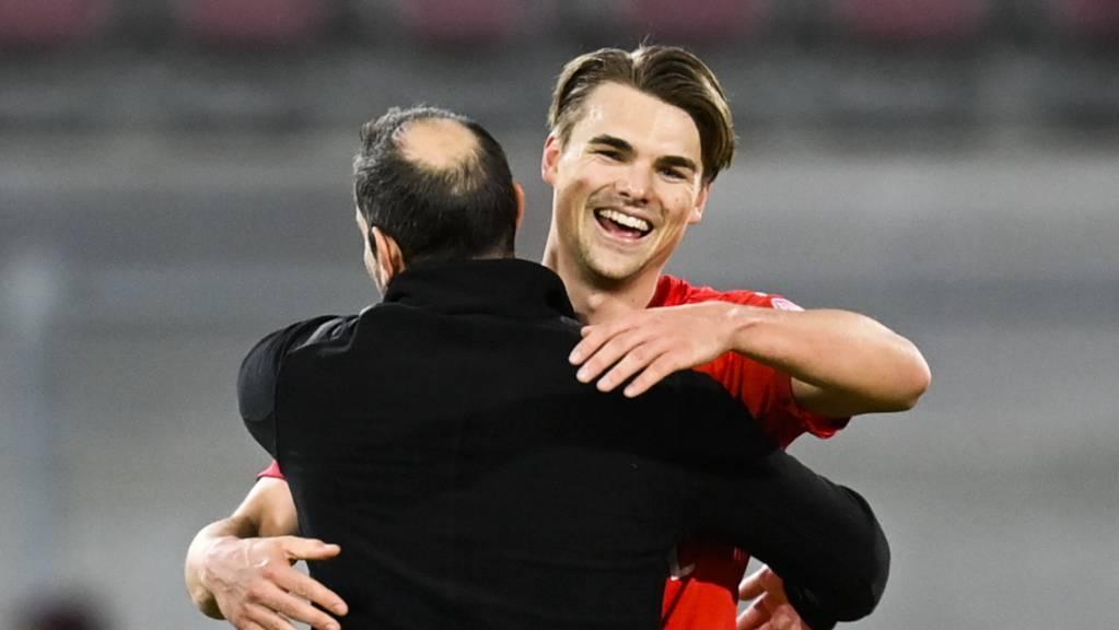 Trainer Mario Frick herzt Joël Schmied. Der junge Berner hat als Verteidiger schon fünf Super-League-Tore für Vaduz erzielt