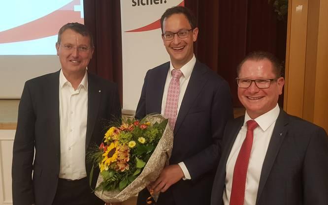 Die SVP Aargau nominiert Christoph Hagenbuch (mitte) als 16. Nationalratskandidaten - Kantonalpräsident Thomas Burgherr (links) und Findungskommissions-Präsident Rolf Jäggi gratulieren ihm.