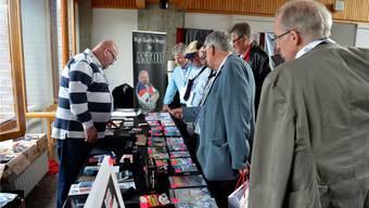 Am Stand von Astor demonstriert der Hersteller magischer Karten und Zaubertricks sein Angebot und gibt den interessierten Zauberkünstlern Auskunft.