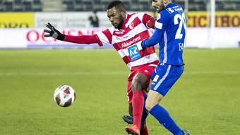 Sions eingewechselter Spieler Geoffrey Serey Die (links) wehrt sich gegen den Neo-Luzerner Varol Tasar