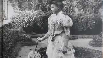 Das Cover der Biografie zeigt Mary Codman mit Sonnenschirm und Hut im Park.