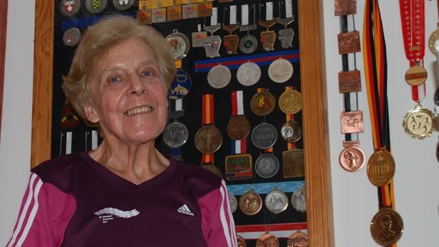 Ruth Helfenstein hat neben ihrem Arsenal an Medaillen dank dem Laufsport viele schöne Erinnerungen. LMU