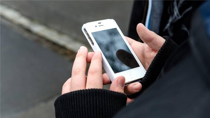 Ein 27-Jähriger leitete über sein Handy ein Video weiter, auf dem Kinderpornografie zu sehen war.