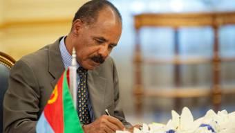 Der eritreische Präsident  Isaias Afwerki bei der Unterzeichnung des Friedensvertrags mit Äthipien in Saudi-Arabien. (Archivbild)