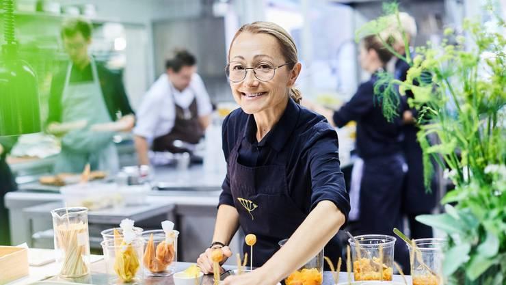 """Höchstes Lob bekommt Tanja Grandits mit ihrem Basler Restaurant """"Stucki"""" vom Gastroführer GaultMillau - neben ihrer spannenden Küche auch als motivierende Chefin. 2020 erhält sie den 19. Punkt und gehört damit als einzige Frau zu einem exklusiven Zirkel von acht Schweizer Spitzenbeizen."""
