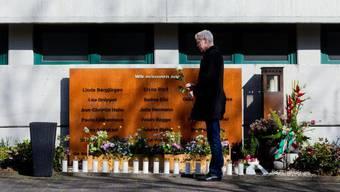 Ulrich Wessel, Schulleiter des Joseph-König-Gymnasiums in Haltern am See, steht mit einer weissen Rose vor der Gedenkstätte für die Opfer des Germanwings-Absturzes vor fünf Jahren. Unter den Toten waren 16 Schüler und zwei Lehrerinnen aus Haltern.