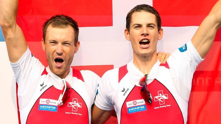 Die Weltmeister Simon Niepmann (links) und Lucas Tramèr schreien bei der Siegerehrung im südkoreanischen Chungju ihre Freude heraus.Keystone