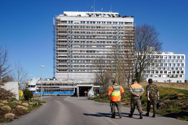 Angehörige des Kantonalen Katastrophen-Einsatzelements, des Zivilschutzes und der Armee beim Kantonsspital Frauenfeld.