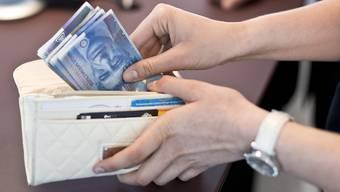 Die Einkommensunterschiede zwischen Topverdienenden und dem unteren Ende der Skala sind in der Schweiz zwischen 2007 und 2012 etwas kleiner geworden.(Archivbild)