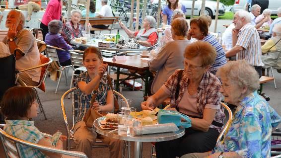 Diskutierende Altersheimbewohnerinnnen: Bald auch im  Burgerfeldhof