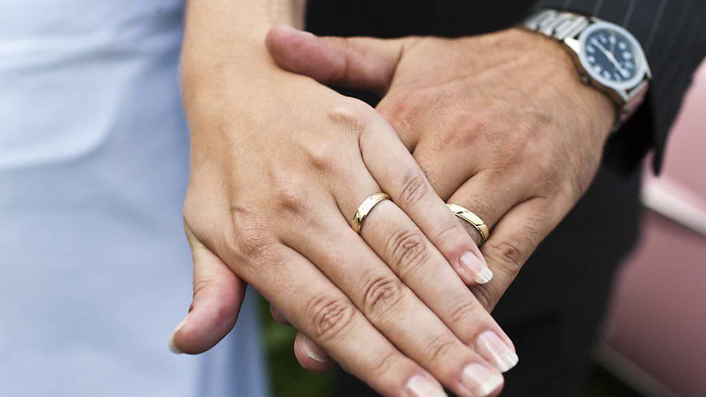 Noch immer werden viele Ehepaare steuerlich benachteiligt. Dem will die CVP mit ihrer Initiative ein Ende machen. (Symbolbild)