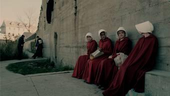 Düstere Vision: In «The Handmaid's Tale» werden Frauen wie June (Elisabeth Moss, 2.v.r.) von reichen Familien versklavt.