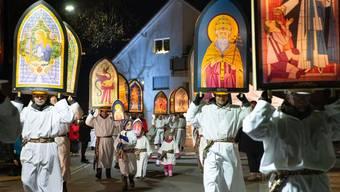 Imposantes Schlussbild: Alle Beteiligten finden sich vor der katholischen Kirche ein.