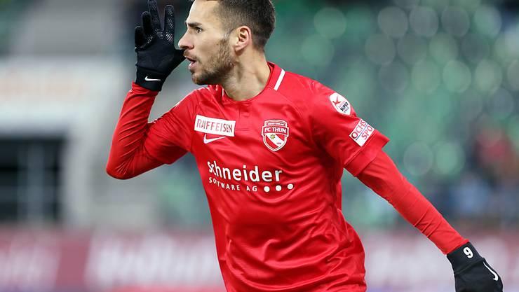 Dejan Sorgic hört nach seinem 1:0 die Thuner Fans in St. Gallen ab