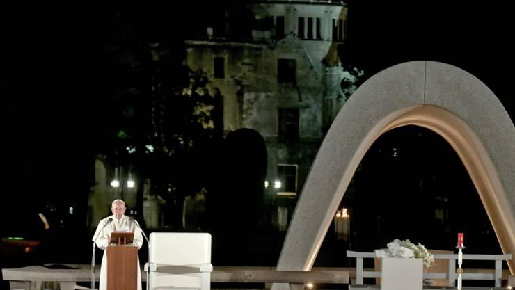 """Der Papst sprach in Hiroshima an der Gedenkstätte für die Opfer des Atombombenabwurfs über der Stadt durch die USA am Ende des Zweiten Weltkriegs. Franziskus kritisierte die """"perverse"""" Logik der atomaren Aufrüstung."""