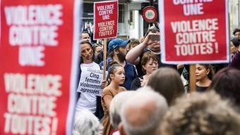 Nach der Gewalttat in Genf gingen die Menschen auf die Strasse und demonstrierten gegen Gewalt an Frauen.