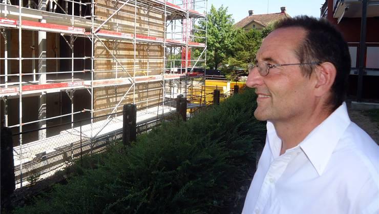 GLP-Einwohnerrat Daniel Fischer schaut mit Sorge auf die Überbauung, die anstelle des früheren Parks bei der Villa Killer entsteht. tf