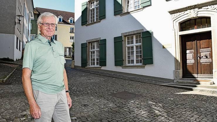Der ehemalige Brugger Kinderarzt Paul Huber vor dem Bürgerasyl, wo seine Praxis war. Maibummel des Quartiervereins in den früheren Jahren.