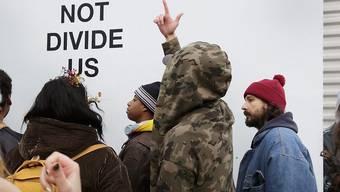 Schauspieler Shia LaBeouf (r) vor seiner ursprünglichen Installation. Mittlerweile haben Trump-Anhänger schon die vierte Version verhindert - und zwar in Liverpool. (Archivbild)