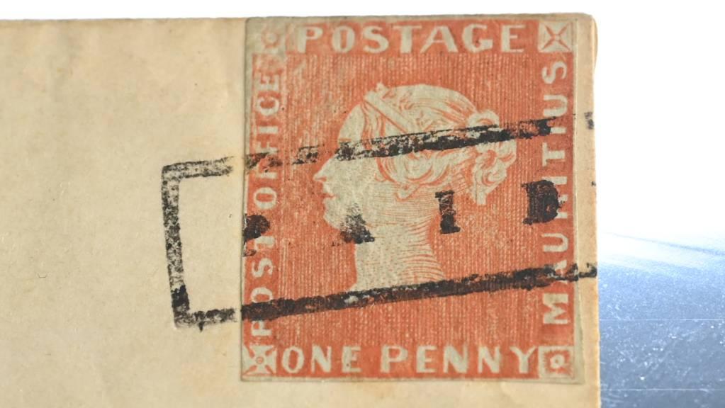Die Briefmarke «Rote Mauritius» wird bei einer Pressekonferenz zu einer Versteigerung präsentiert. Foto: Bernd Weißbrod/dpa