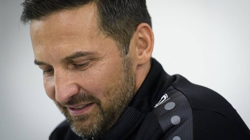 Sieht den Silberstreifen am Horizont: Trainer Joe Zinnbauer an einer Medienkonferenz des FC St. Gallen. (Archiv)