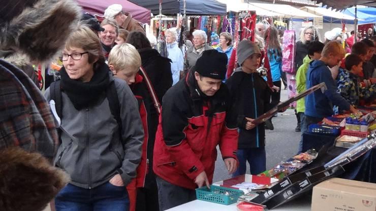 Es wird Winter: Die Kundschaft am Fricker Martinimarkt konnte sich mit warmer Kleidung eindecken.