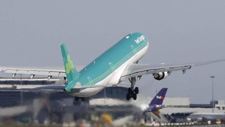 Eine Maschine von Aer Lingus startet am Flughafen in Dublin (Symbolbild)